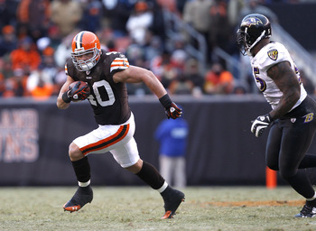 CLEVELAND - DECEMBER 26:  Tailback Peyton Hillis #40 of the Cleveland Browns runs the ball by linebacker Terrell Suggs #55 of the Baltimore Ravens at Cleveland Browns Stadium on December 26, 2010 in Cleveland, Ohio.  (Photo by Matt Sullivan/Getty Images)