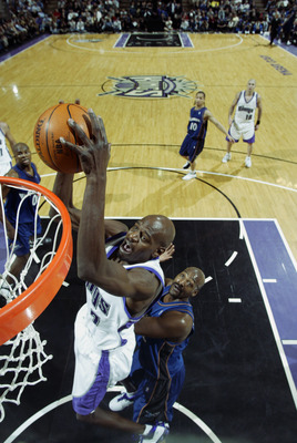 SACRAMENTO, CA - FEBRUARY 11:  Keon Clark #7 of the Sacramento Kings slam dunks during the NBA game against the Washington Wizards at Arco Arena on February 11, 2003 in Sacramento, California.  The Kings won 99-80.  NOTE TO USER: User expressly acknowledg