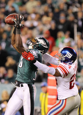 PHILADELPHIA, PA - NOVEMBER 21:  Terrell Thomas #24 of the New York Giants breaks up a pass intended Jeremy Maclin #18 of the Philadelphia Eagles at Lincoln Financial Field on November 21, 2010 in Philadelphia, Pennsylvania.  (Photo by Nick Laham/Getty Im
