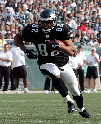 PHILADELPHIA, PA -SEPTEMBER 25: Tightend LJ Smith #82 of the Philadelphia Eagles runs the ball against the Oakland Raiders during their game on September 25, 2005 at Lincoln Financial Field in Philadelphia, Pennsylvannia.The Eagles defeated the Raiders 23