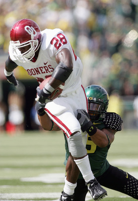 EUGENE, OR - SEPTEMBER 16: Adrian Peterson #28 of the Oklahoma Sooners carries the ball against the Oregon Ducks on September 16, 2006 at Autzen Stadium in Eugene, Oregon. (Photo by Jonathan Ferrey/Getty Images)