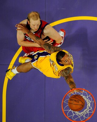 LOS ANGELES, CA - OCTOBER 27:  Shannon Brown #12 of the Los Angeles Lakers dunks against Chris Kaman #35 of the Los Angeles Clippers during the season opening game at Staples Center on October 27, 2009 in Los Angeles, California.  The Lakers won 99-92. NO