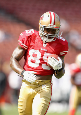 SAN FRANCISCO, CA - AUGUST 20:  Vernon Davis #85 of the San Francisco 49ers warms up before their game against the Oakland Raiders at Candlestick Park on August 20, 2011 in San Francisco, California.  (Photo by Ezra Shaw/Getty Images)