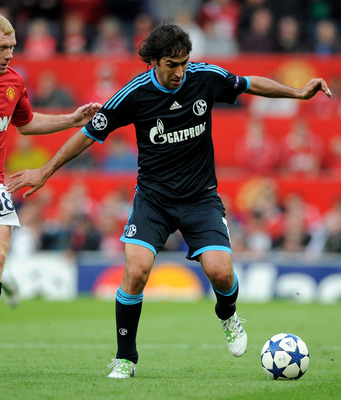 MANCHESTER, ENGLAND - MAY 04:  Raul Gonzalez of Schalke competes with Paul Scholes of Manchester United during the UEFA Champions League Semi Final second leg match between Manchester United and Schalke at Old Trafford on May 4, 2011 in Manchester, Englan