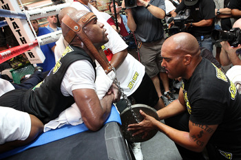 LAS VEGAS, NV - SEPTEMBER 06:  Floyd Mayweather trains during his workout training session at his gym on September 6, 2011 in Las Vegas, Nevada.  (Photo by Jeff Bottari/Getty Images)