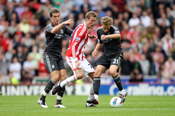 Lucas Leiva in danger of being sliced open by Peter Crouch's knee