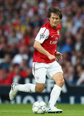 LONDON, ENGLAND - AUGUST 16:  Tomas Rosicky of Arsenal with the ball during the UEFA Champions League play-off first leg match between Arsenal and Udinese at the Emirates Stadium on August 16, 2011 in London, England.  (Photo by Julian Finney/Getty Images