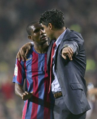 BARCELONA, SPAIN - APRIL 01:  Samuel Eto'o (L) of Barcelona listens to manager Frank Rijkaard during a Primera Liga match between Barcelona and Real Madrid at the Camp Nou stadium on April 1, 2006 in Barcelona, Spain.  (Photo by Denis Doyle/Getty Images)