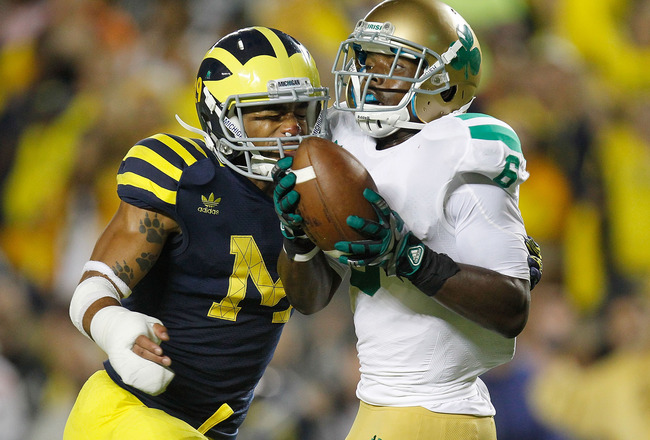 ANN ARBOR, MI - SEPTEMBER 10:  Theo Riddick #6 of the Notre Dame Fighting Irish catchers a fourth quarter touchdown in front of Troy Woolfolk #29 of the Michigan Wolverines at Michigan Stadium on September 10, 2010 in Ann Arbor, Michigan. Michigan won the