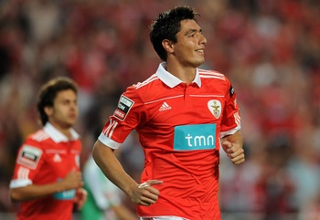 LISBON, PORTUGAL - AUGUST 28:  Oscar Cardozo of Benfica celebrates after scoring during the Portuguese Liga match between Vitoria Setubal and Benfica at Luz Stadium on August 28, 2010 in Lisbon, Portugal.  (Photo by Patricia de Melo/EuroFootball/Getty Ima