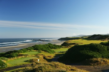 BANDON, OREGON, UNITED STATES - JUNE 16: The 444 yard par 4, 13th hole on the Pacific Dunes Course, designed by Tom Doak at the Bandon Dunes Golf Resort on June 16, 2005 in Bandon, Oregon, United States.  (Photo by David Cannon/Getty Images)