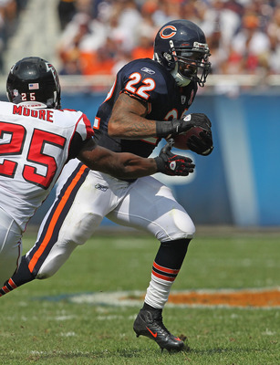 CHICAGO, IL - SEPTEMBER 11: Matt Forte #22 of the Chicago Bears runs past William Moore #25 of the Atlanta Falcons at Soldier Field on September 11, 2011 in Chicago, Illinois. The Bears defeated the Falcons 30-12. (Photo by Jonathan Daniel/Getty Images)