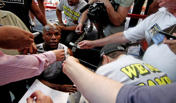 LAS VEGAS, NV - JULY 21:  Floyd Mayweather during a training session at his gym in Chinatown on July 21, 2011 in Las Vegas, Nevada.  (Photo by Scott Heavey/Getty Images)