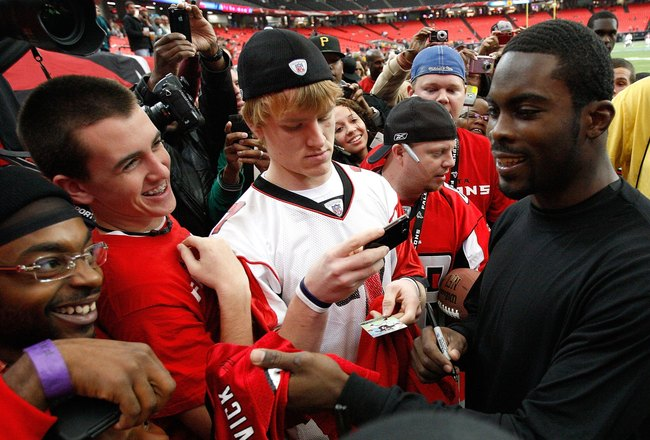 ATLANTA - DECEMBER 06:  Michael Vick #7 of the Philadelphia Eagles is greeted by fans of the Atlanta Falcons before the game at Georgia Dome on December 6, 2009 in Atlanta, Georgia.  (Photo by Kevin C. Cox/Getty Images)