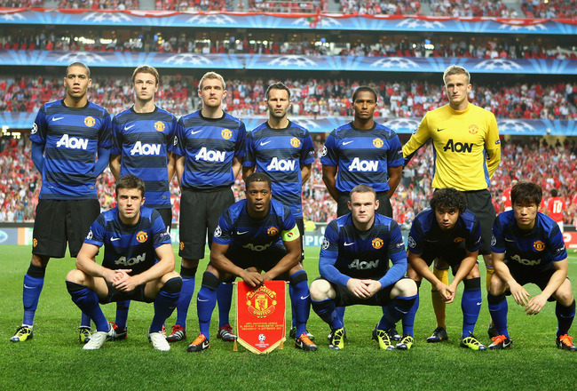 LISBON, PORTUGAL - SEPTEMBER 14:  Manchester United line up for a photograph before the UEFA Champions League Group C match between SL Benfica and Manchester United at the Estadio da Luz on September 14, 2011 in Lisbon, Portugal.  (Photo by Clive Mason/Ge