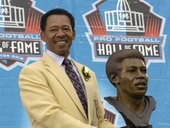 CANTON, OH - AUGUST 04: Charlie Sanders poses with his bust during the Class of 2007 Pro Football Hall of Fame Enshrinement Ceremony August 4, 2007 in Canton, Ohio. (Photo by Al Messerschmidt/Getty Images)