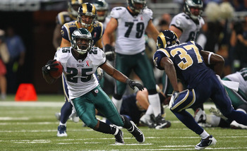 ST. LOUIS - SEPTEMBER 11: LeSean McCoy #25 of the Philadelphia Eagles runs against the St. Louis Rams at the Edward Jones Dome on September 11, 2011 in St. Louis, Missouri.  (Photo by Dilip Vishwanat/Getty Images)