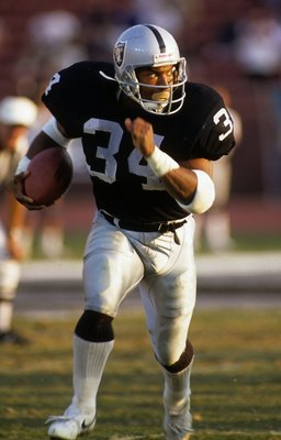 LOS ANGELES - NOVEMBER 5:  Bo Jackson #34 of the Los Angeles Raiders runs with the ball against the Cincinnati Bengals at the Los Angeles Memorial Coliseum on November 5, 1989 in Los Angeles, California.  The Raiders won 28-7.  Bo ran for 159 yards on 13