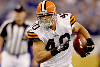 INDIANAPOLIS, IN - SEPTEMBER 18:  Peyton Hillis #40 of the Cleveland Browns carries the ball against the Indianapolis Colts at Lucas Oil Stadium on September 18, 2011 in Indianapolis, Indiana.  (Photo by Matthew Stockman/Getty Images)