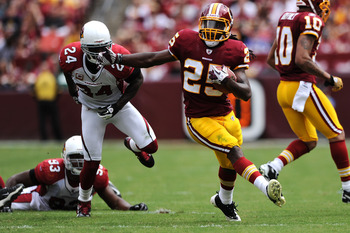 LANDOVER, MD - SEPTEMBER 18: Running back Tim Hightower #25 of the Washington Redskins eludes Arizona Cardinals defenders in the second quarter at FedExField on September 18, 2011 in Landover, Maryland. (Photo by Patrick Smith/Getty Images)