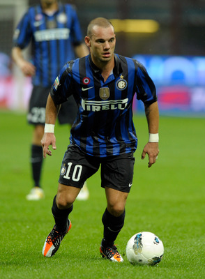 MILAN, ITALY - SEPTEMBER 17:  Wesley Sneijder of FC Inter Milan controls the ball during the Serie A match between FC Internazionale Milano and AS Roma at Stadio Giuseppe Meazza on September 17, 2011 in Milan, Italy.  (Photo by Claudio Villa/Getty Images)
