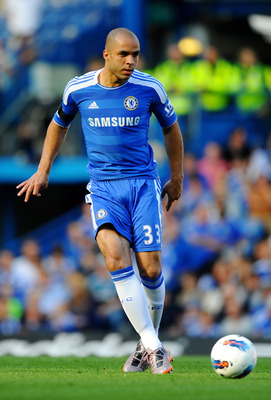 LONDON, ENGLAND - AUGUST 20:  Alex of Chelsea passes the ball during the Barclays Premier League match between Chelsea and West Bromwich Albion at Stamford Bridge on August 20, 2011 in London, England.  (Photo by Laurence Griffiths/Getty Images)