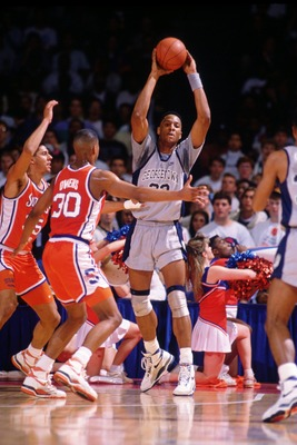 1990:  ALONZO MOURNING OF GEORGETOWN LOOKS TO PASS THE BALL DURING THE HOYAS GAME AGAINST THE SYRACUSE ORANGEMEN AT THE MCDONOUGH ARENA IN WASHINGTON D.C. Mandatory Credit: Allsport/ALLSPORT