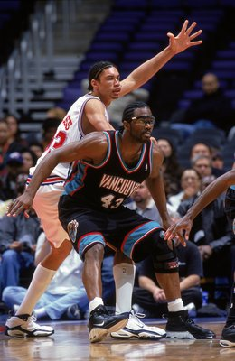10 Feb 2000:  Grant Long #43 of the Vancouver Grizzlies gaurds Keith Closs Jr. #33 of the Los Angeles Clippers during the game at Staples Center in Los Angeles, California. The Grizzlies defeated the Clippers 112-90.   Mandatory Credit: Jeff Gross  /Allsp