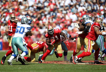 SAN FRANCISCO, CA - SEPTEMBER 18:  Frank Gore #21 of the San Francisco 49ers runs against the Dallas Cowboys at Candlestick Park on September 18, 2011 in San Francisco, California.  (Photo by Jed Jacobsohn/Getty Images)
