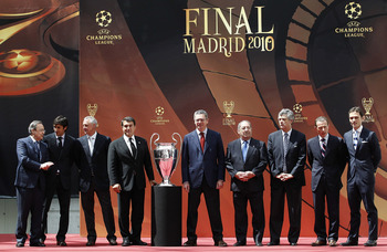 MADRID, SPAIN - APRIL 16: (L-R) Florentino Perez, president of Real Madrid, Raul Gonzalez of Real Madrid, Johan Cruyff, honorary president of Barcelona, Joan Laporta, president of Barcelona, Alberto Ruiz Gallardon, mayor of Madrid, Francisco Gento, former