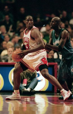26 Oct 1999: Elton Brand #4 of the Chicago Bulls moves with the ball as Kevin Garnett #21 of the Minnesota Timberwolves guards him during the game at the United Center in Chicago, Illinois. The Timberwolves defeated the Bulls 84-70.