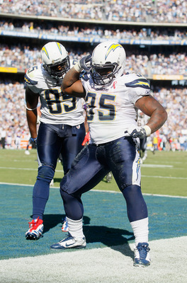 SAN DIEGO, CA - SEPTEMBER 11:  Mike Tolbert (R) #35 and Antonio Gates (L) #85 of the San Diego Chargers celebrate Tolbert's fourth quarter touchdown against the Minnesota Vikings at Qualcomm Stadium on September 11, 2011 in San Diego, California. The Char
