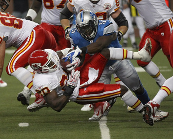 DETROIT, MI - SEPTEMBER 18:  Stephen Tulloch #55 of the Detroit Lions tackles Thomas Jones #20 of the Kansas City Chiefs at Ford Field on September 18, 2011 in Detroit, Michigan.  (Photo by Dave Reginek/Getty Images)