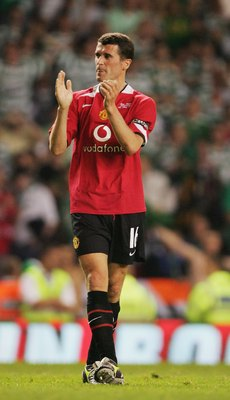 MANCHESTER, UNITED KINGDOM - MAY 09:  Roy Keane of Celtic applauds the fans at the end of his Testimonial match between Manchester United and Celtic at Old Trafford on May 9, 2006 in Manchester, England.  (Photo by Laurence Griffiths/Getty Images)