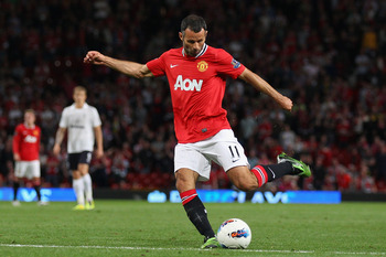 MANCHESTER, ENGLAND - AUGUST 22:  Ryan Giggs of Manchester United kicks the ball during the Barclays Premier League match between Manchester United and Tottenham Hotspur at Old Trafford on August 22, 2011 in Manchester, England.  (Photo by Alex Livesey/Ge