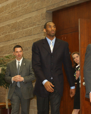 EAGLE, CO - MARCH 1:  Kobe Bryant (C) with security and Pam Mackey inside the Eagle County Justice Center during pretrial hearings March 1, 2004 in Eagle, Colorado. Bryant will return to court on March 2, where he will face his accuser for the first time