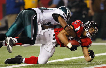 ATLANTA, GA - SEPTEMBER 18:  Tony Gonzalez #88 of the Atlanta Falcons scores a touchdown against Jarrad Page #41 of the Philadelphia Eagles at Georgia Dome on September 18, 2011 in Atlanta, Georgia.  (Photo by Kevin C. Cox/Getty Images)