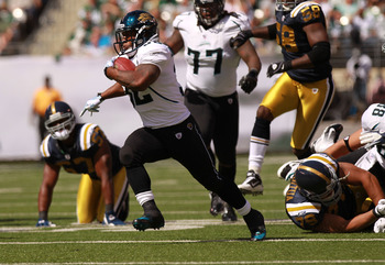 EAST RUTHERFORD, NJ - SEPTEMBER 18:  Maurice Jones-Drew #32 of the Jacksonville Jaguars rushes against the New York Jets at MetLife Stadium Stadium on September 18, 2011 in East Rutherford, New Jersey.  (Photo by Nick Laham/Getty Images)