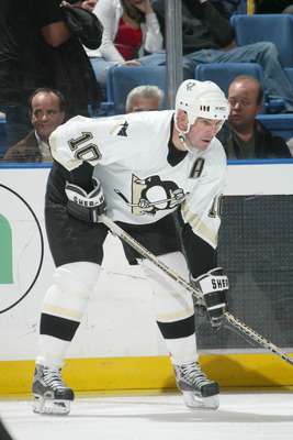 UNIONDALE, NY - NOVEMBER 3: John LeClair #10 of the Pittsburgh Penguins waits on the ice during the game against the New York Islanders at the Nassau Coliseum on November 3, 2005 in Uniondale, New York. (Photo by Bruce Bennett/Getty Images)