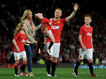 MANCHESTER, ENGLAND - AUGUST 05:  Paul Scholes of Manchester United waves to the fans with his wife Claire and children, Arron, Alicia and Aiden at the end of his Testimonial Match between Manchester United and New York Cosmos at Old Trafford on August 5,