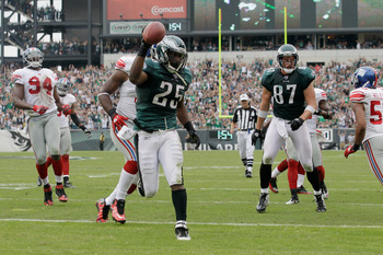 PHILADELPHIA, PA - SEPTEMBER 25:  Running back LeSean McCoy #25 of the Philadelphia Eagles scores a touchdown against the New York Giants during the second quarter at Lincoln Financial Field on September 25, 2011 in Philadelphia, Pennsylvania.  (Photo by