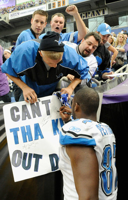 MINNEAPOLIS, MN - SEPTEMBER 25: Brandon Pettigrew #87 of the Detroit Lions signs an autograph for a fan after a win against the Minnesota Vikings on September 25, 2011 at Hubert H. Humphrey Metrodome in Minneapolis, Minnesota. The Lions defeated the Vikin