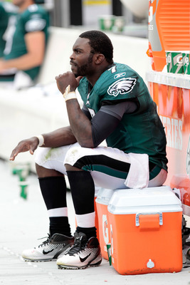 PHILADELPHIA, PA - SEPTEMBER 25:  Michael Vick #7 of the Philadelphia Eagles sits on the sideline with a broken right hand in the fourth quarter against the New York Giants at Lincoln Financial Field on September 25, 2011 in Philadelphia, Pennsylvania. Th
