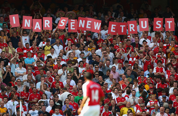 LONDON, ENGLAND - MAY 24:  Arsenal fans show support for their manager Arsene Wenger before the Barclays Premier League match between Arsenal and Stoke City at Emirates Stadium on May 24, 2009 in London, England.  (Photo by Ryan Pierse/Getty Images)