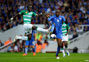 LONDON, ENGLAND - AUGUST 10:  Mario Balotelli of Italy and Tiote Chieck of Ivory Coast during the international friendly match between Italy and Ivory Coast at The Boleyn Ground on August 10, 2010 in London, England.  (Photo by Claudio Villa/Getty Images)