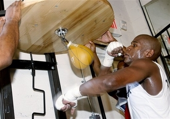 Mayweather-works-the-speed-bag-in-preparation-for-the-bout_display_image