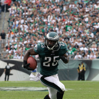 PHILADELPHIA, PA - SEPTEMBER 25:  LeSean McCoy #25 of the Philadelphia Eagles rushes the ball against the New York Giants at Lincoln Financial Field on September 25, 2011 in Philadelphia, Pennsylvania.  (Photo by Rob Carr/Getty Images)
