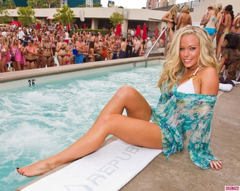 Kendra-wilkinson-swimsuit-pool-8-1024x817_display_image