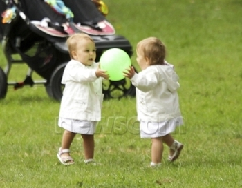 Federer-twins-and-ball-roger-federer-16401674-512-400_display_image