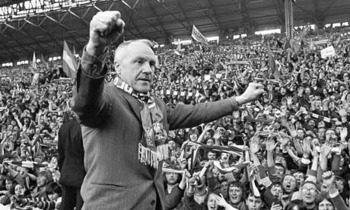 Bill-shankly-salutes-the--001_display_image